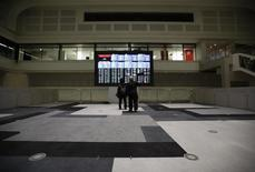 Unas personas miran un tablero electrónico que muestra el índice Nikkei, en la Bolsa de Valores de Tokio, en Tokio, Japón, 9 de febrero de 2016. Las bolsas de Asia caían el martes, presionadas por un declive en los precios del petróleo y por los mensajes contradictorios de los funcionarios de la Reserva Federal sobre las perspectivas de subidas de las tasas de interés en Estados Unidos. REUTERS/Issei Kato/Files