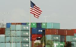 Contenedores importados desde China tras su llegada a un puerto en Los Ángeles, Estados Unidos. 7 de octubre de 2010. El déficit comercial de Estados Unidos aumentó más a lo previsto en febrero debido a que un repunte de las exportaciones fue contrarrestado por un aumento de las importaciones, en el más reciente indicio de que el crecimiento económico permaneció débil en el primer trimestre. REUTERS/Lucy Nicholson
