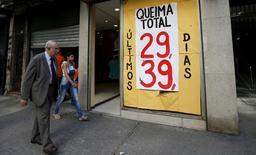 Imagen de archivo de una tienda con anuncios de ofertas en Río de Janeiro, sep 24, 2015. Los pedidos de protección por bancarrota subieron más del doble en Brasil en el primer trimestre, frente a igual período del año anterior, en un contexto en que las empresas sufren los mayores costos de endeudamiento en una década y en que la profunda recesión del país recorta los ingresos, dijo el martes la compañía de investigación crediticia Serasa Experian.  REUTERS/Sergio Moraes