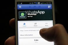 Facebook a annoncé mardi que les paramètres de cryptage de l'application de messagerie WhatsApp avaient été renforcés de façon à ce que les messages ne puissent plus être lus que par l'émetteur et le destinataire. /Photo d'archives/REUTERS/Dado Ruvic