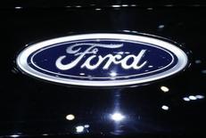 El logo de Ford en el 86 Salón del Automóvil de Ginebra, mar 1, 2016. Ford Motor Co. anunció el martes que invertirá 1,600 millones de dólares para fabricar más autos compactos en México en el 2018, lo que generó nuevas críticas del precandidato republicano a la presidencia de Estados Unidos Donald Trump. REUTERS/Denis Balibouse