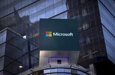Amazon et Microsoft sont en discussions pour prendre une participation minoritaire dans HERE, le service de cartographie et de navigation routière racheté à Nokia par un consortium de constructeurs automobiles allemands. /Photo d'archives/REUTERS/Mike Segar