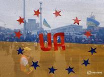 Флаг, объединяющий флаги Украины и ЕС, в Киеве 15 декабря 2013 года. В Голландии в среду началось голосование на национальном референдуме по вопросу соглашения об ассоциации между Евросоюзом и Украиной, которое станет проверкой антиевропейских настроений в обществе в преддверии июньского референдума в Великобритании о членстве в ЕС. REUTERS/Alexander Demianchuk