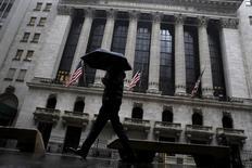 La Bourse de New York a débuté sur une note hésitante mercredi, après deux jours de prises de profit, dans un contexte de rebond des cours du pétrole et d'attentisme avant le compte-rendu de la réunion de mars de la Réserve fédérale américaine.  L'indice Dow Jones cède 0,18% dans les premiers échanges, le Standard & Poor's 500, plus large, est stable (-0,04%) et le Nasdaq Composite prend 0,19%. /Photo d'archives/REUTERS/Brendan McDermid