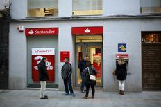 Una sucursal del Banco Santander en Ronda, España, abr 1, 2016. El Banco Santander, el más grande de España, planea despedir a 1.200 trabajadores como parte de un plan de reestructuración en todo el país, dijo el miércoles el sindicato Comisiones Obreras tras sostener conversaciones con el prestamista. REUTERS/Jon Nazca