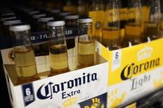 Botellas de cervezas Coronita y Corona en un supermercado de Los Angeles, abr 1, 2015. La compañía de bebidas alcohólicas Constellation Brands Inc reportó ventas netas trimestrales mejores a lo estimado, ayudada por una fuerte demanda de sus cervezas premium Corona y Modelo.   REUTERS/Lucy Nicholson