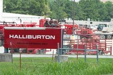 Le département américain de la Justice a engagé une procédure visant à empêcher Halliburton de racheter Baker Hughes, une opération qui déboucherait sur la fusion des numéros deux et trois des services pétroliers. /Photo d'archives/REUTERS/Cooper Neill