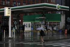 Una gasolinera de BP en Nueva York, feb 3, 2016. Los precios del petróleo subían más de un 5 por ciento el miércoles después de que el Gobierno de Estados Unidos reportó una caída inesperada en los inventarios de crudo la semana pasada, en contra de las expectativas del mercado que esperaban una nueva subida récord.  REUTERS/Brendan McDermid