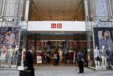 A Tokyo. Le groupe de distribution japonais Fast Retailing, maison mère de la chaîne de prêt-à-porter Uniqlo, a réduit jeudi ses prévisions de résultats en raison des baisses de prix qu'il est obligé de consentir dans un contexte de déflation rampante. /Photo prise le 6 avril 2016/REUTERS/Yuya Shino