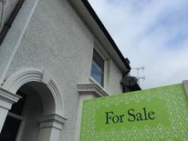 Les prix immobiliers au Royaume-Uni ont enregistré en mars leur plus forte hausse depuis sept mois, portant leur augmentation en rythme annuel à plus de 10% pour la première fois depuis la mi-2014, selon les relevés du spécialiste du crédit immobilier Halifax. Les prix moyens ont progressé de 2,6% en mars après un tassement de 1,5% en février. /Photo d'archives/REUTERS/Reinhard Krause