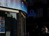 CK Hutchison Holdings ha llegado a acuerdos para compartir redes con los operadores de televisión de pago Sky y Virgin Media para aplacar las preocupaciones de los reguladores de competencia sobre su planeada fusión con O2, dijeron tres personas conocedoras de la operación. En la imagen, dos mujeres usan sus móviles frente a una tienda de O2 en  Loughborough, Inglaterra, el 23 de enero de 2015. REUTERS/Darren Staples