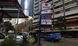 Una gasolinera de Kobil en Nairobi, feb 7, 2016. El precio del petróleo bajaba el jueves, debido a que un aumento de las exportaciones desde Irak remarcaba la situación de sobreoferta global, contrarrestando los efectos de una inesperada caída de los inventarios en Estados Unidos el día previo.   REUTERS/Thomas Mukoya