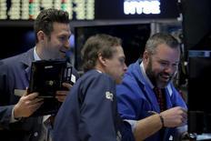 Foto de archivo de un grupo de operadores en la Bolsa de Nueva York. Abr 4, 2016. Las acciones cayeron el jueves en la bolsa de Nueva York ante un descenso de los precios del petróleo y el resurgimiento de los temores por la economía global, presionando al dólar porque los inversores abandonaron activos de riesgo. REUTERS/Brendan McDermid