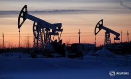 Станки-качалки на Имилорском месторождении Лукойла 25 января 2016 года. Добыча нефти в России может снизиться в апреле до 10,84-10,86 миллиона баррелей в сутки с 10,91 миллиона баррелей в сутки в марте, сказали Рейтер близкие к Минэнерго источники. REUTERS/Sergei Karpukhin