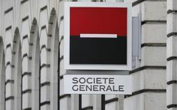 Société Générale, en progression de 2,88% à la Bourse de Paris vendredi à la mi-séance, profite de la hausse des valeurs bancaires, soutenues par le rebond des banques italiennes. Le plan du gouvernement de Matteo Renzi de créer un fonds de soutien aux banques devrait être prêt d'ici lundi. Le CAC 40 avance de 0,89% à 4.283,87 points à 13h00. /Photo prise le 3 mars 2016/REUTERS/Christian Hartmann