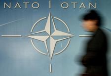 Женщина проходит мимо символа НАТО в Брюсселе 4 декабря 2003 года. Совет Россия-НАТО, последний раз собиравшийся в 2014 году, проведёт встречу в ближайшие две недели в Брюсселе для обсуждения кризиса на Украине, сообщил Североатлантический альянс в пятницу, отметив, что обе стороны договорились провести встречу на уровне послов. Reuters Photographer