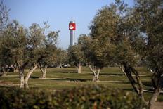 El plan de Santander de reducir su plantilla en España contempla finalmente el recorte de 1.660 puestos de trabajo, más del siete por ciento de la plantilla total de la entidad en el mercado doméstico, según datos facilitados  el viernes por el sindicato UGT en una nota de prensa. En la imagen, el logo de Santander en una torre en la entrada de la sede de la empresa en Boadilla del Monte, cerca de Madrid, 16 de marzo de 2016. REUTERS/Juan Medina