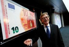 La política monetaria del Banco Central Europeo debe de ser consecuente con las condiciones económicas y respetar el marco del mandato de la entidad, en particular sobre la prohibición de financiar gobiernos, dijo el sábado el miembro ejecutivo de la entidad, Yves Mersch. En la imagen de archivo, el consejero del banco junto a una réplica a gran tamaño de un  billete de diez euros en la sede del banco central en enero de 2014. REUTERS/Ralph Orlowski