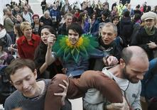 En la imagen de archivo, manifestantes en un patio del Museo Británico en protesta por el patrocinio del World Shakespeare Festival por la petrolera BP. el 18 de noviembre. de 2012. REUTERS/Luke MacGregor