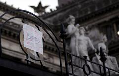 En la imagen, un letrero es visto en la entrada principal del congreso en Buenos Aires, Argentina, 30 de marzo, 2016. Argentina estableció acuerdos el jueves y viernes con varios tenedores de bonos impagos por unos 253 millones de dólares, dijo el domingo el mediador de la deuda del país. REUTERS/Marcos Brindicci