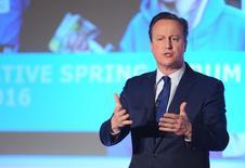 El primer ministro británico, David Cameron dirá este lunes que la nueva legislación para que las empresas sean responsables penalmente si los empleados ayudan a evadir impuestos se introducirá este año, en un intento de reparar el daño de una semana de interrogatorios sobre sus finanzas personales. En la imagen, Cameron durante un foro de los conservadores en Londres, 9 de abril de 2016. REUTERS/Kerry Davies/Pool