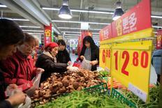 La inflación de los precios al consumidor de China se aceleró menos que lo esperado en marzo, tras cuatro meses de aumento, mientras que los precios a la producción continuaron en deflación. En la foto, clientes en un supermercado en Shanghái el 10 de marzo de 2016.  REUTERS/Aly Song