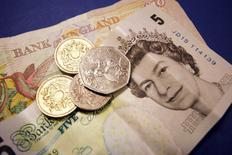 """Les affaires en justice et les amendes pour conduite frauduleuse ont coûté aux plus grandes banques de dépôt britanniques et aux établissements coopératifs près de 53 milliards de livres au cours des 15 dernières années, selon un groupe de recherche indépendant. """"La rentabilité des banques de détail britanniques a été mise en danger par une inconduite persistante"""", dit John McFall de New City Agenda. """"Cela a appauvri chaque citoyen à travers nos fonds de pension et notre participation au capital des banques qui ont fait l'objet d'un plan de sauvetage."""" /Photo d'archives/REUTERS/Catherine Benson"""