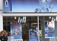 """En la imagen de archivo, una mujer habla por su teléfono móvil en una tienda de telefonía O2 en Loughborough, Inglaterra, el 11 de abril de 2015. La Autoridad de Mercados y Competencia de Reino Unido (CMA, por sus siglas en inglés) expresó serias preocupaciones acerca de la propuesta de fusión entre Hutchison 3G UK y Telefónica UK e instó a la Comisión Europea a que impida """"daños a largo plazo"""" en el mercado de telecomunicaciones móviles de Reino Unido.  REUTERS/Darren Staples"""