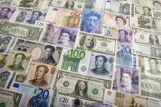 Divisas devarios países entre las que se incluyen el yuan chino, el yen japonés, el dólar estadounidense, la libra británica, el franco suizo y el rublo ruso, fotografiados en Varsovia. 26 de enero de 2011. El yen cotizaba con pocos cambios el lunes cerca de máximos de 17 meses contra el dólar, ante el impacto del avance de las bolsas europeas y luego que funcionarios japoneses advirtieron nuevamente que podrían intervenir para evitar la sostenida apreciación de la moneda nipona. REUTERS/Kacper Pempel