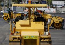 Un trabajador conduce una aplanadora, en el sitio de una construcción, en Tokio, Japón, 11 de abril de 2016. Los principales pedidos de maquinaria en Japón cayeron menos que lo esperado en febrero, en una señal de que el gasto de capital está comenzando a estabilizarse, pero un yen fuerte, que podría mellar las ganancias corporativas, está oscureciendo las perspectivas. REUTERS/Toru Hanai