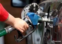 El ministro de energía ruso, Alexander Novak, dijo el martes que prevé los precios mundiales del petróleo entre los 40 y los 45 dólares por barril en el segundo semestre del año, con potencial para escalar hasta los 50 dólares a finales de este año. En la imagen de archivo, una mujer reposta combustible de un coche en una gasolinera de El Cairo. REUTERS/Mohamed Abd El Ghany