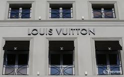 Магазин Louis Vuitton в Брюсселе 10 марта 2016 года. Мировой лидер на рынке предметов роскоши LVMH отчитался в понедельник о продажах за первый квартал, не дотянувших до прогнозов, из-за все еще слабых продаж туристам на ключевых рынках, таких как Франция и Гонконг. REUTERS/Yves Herman