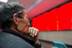 Un inversor mira una pantalla electrónica que muestra información bursátil, en una correduría en Nanjing, China. 30 de marzo de 2016. Los principales índices bursátiles de China cayeron el martes, arrastrados a la baja por los papeles ligados al sector inmobiliario y la tecnología, luego de que los inversores recogieron ganancias del repunte de la sesión anterior de más de un 1 por ciento. REUTERS/China Daily