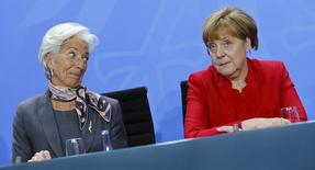 Imagen de Christine Lagarde, directora gerente del FMI y la canciller alemana Angela Merkel durante una rueda de prensa tras una reunión en la cancillería en Berlin, Alemania, el 5 de abril de 2016. El Fondo Monetario Internacional recortó el martes su previsión de crecimiento mundial por cuarta vez en un año, tras apuntar a la ralentización de China, los precios del petróleo persistentemente bajos y la debilidad crónica en algunas economías avanzadas. REUTERS/Hannibal Hanschke