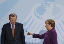Канцлер Германии Ангела Меркель разговаривает с турецким премьером Тайипом Эрдоганом в Берлине 2 ноября 2011 года. Меркель во вторник напомнила о фундаментальном праве на свободу творчества, после того, как президент Турции Тайип Эрдоган пожаловался на прозвучавшую по немецкому ТВ сатиру в его адрес. REUTERS/Thomas Peter