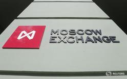 Логотип на здании Московской биржи 14 марта 2014 года. Российские фондовые индексы немного поднялись за нефтью на новостях о договоренности между Саудовской Аравией и РФ, и РТС обновил максимум этого года во вторую сессию подряд. REUTERS/Maxim Shemetov