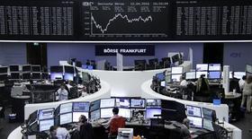 Las acciones europeas cerraron el martes con alzas en una sesión volátil, gracias a que las subidas en el sector minero contrarrestaron la caída de las acciones de los bancos italianos. En la imagen, operadores en sus mesas delante del índice de precios alemán DAX en la Bolsa de Fráncfort, Alemania, el 12 de abril de 2016.     REUTERS/Staff/Remote
