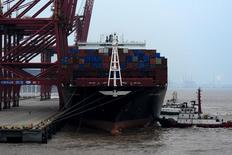El comportamiento comercial de China superó las expectativas en marzo, cuando las exportaciones volvieron a crecer por primera vez en nueve meses, lo que ofrece más señales de estabilización en la segunda mayor economía del mundo. En la imagen de archivo, un carguero en un puerto en Zhoushan. REUTERS/Stringer/Files