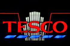 Супермаркет Tesco в Лондоне. 6 января 2015 года. Крупнейшая британская сеть супермаркетов Tesco сообщила в среду об увеличении квартальных продаж в магазинах в Великобритании впервые за более чем три года, что свидетельствует о том, что восстановление набирает обороты. REUTERS/Toby Melville/Files