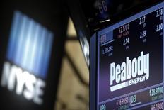 Le groupe minier Peabody Energy, le premier producteur américain de charbon, a déposé son bilan mercredi, la chute des prix du charbon l'ayant empêché d'assurer le service d'une dette qui avait financé son expansion en Australie. /Photo prise le 16 mars 2016/REUTERS/Brendan McDermid