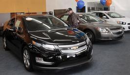 Les ventes au détail aux Etats-Unis ont accusé en mars une baisse inattendue, les consommateurs ayant notamment réduit leurs achats de voitures, des statistiques officielles qui confortent le scénario d'un ralentissement marqué de l'économie au premier trimestre. /Photo d'archives/REUTERS/Rebecca Cook
