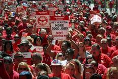 Работники Verizon участвуют в уличной акции в связи с переговорами о трудовом контракте. Нью-Йорк, 25 июля 2015 года. REUTERS/Eduardo Munoz