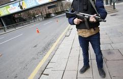 Полицейский в центре Анкары.  Два российских агента были арестованы турецкой полицией по подозрению в убийстве чеченского лидера боевиков в Стамбуле в прошлом году, что стало ещё одним инцидентом в ряду убийств чеченцев в Турции, сообщила газета Haberturk.  REUTERS/Umit Bektas
