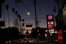 Una gasolinera 76 operando en Los Angeles, feb 4, 2016. Los precios del crudo cedieron buena parte de sus ganancias y operaban cerca de la estabilidad el miércoles, luego de datos que mostraron que la demanda de gasolina subió en Estados Unidos  durante la semana pasada, opacando el impacto de un incremento mucho mayor a lo esperado en los inventarios de petróleo.    REUTERS/Mario Anzuoni