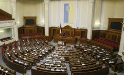 Холл украинского парламента перед началом сессии. Обновленная и ужатая до двух фракций коалиция в парламенте Украины согласовала новый состав правительства и может уже в четверг утвердить его, чтобы вывести власть из многомесячной комы, угрожающей обострением кризиса и досрочными выборами. REUTERS/Valentyn Ogirenko