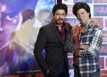 Bollywood actor Shah Rukh Khan (L) poses with a waxwork model of himself at Madame Tussauds in London, Britain April 13, 2016.  REUTERS/Hannah McKay