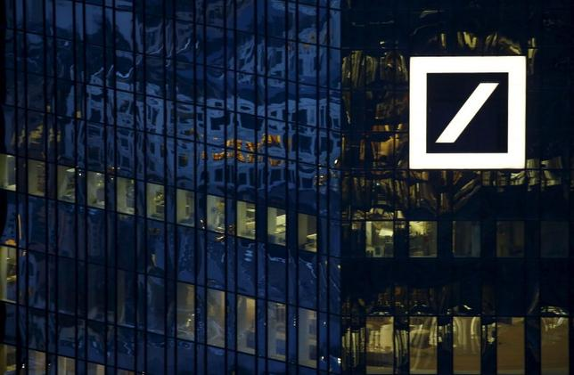 Le siège de la Deutsche Bank en Allemagne est photographié en début de soirée à Francfort, Allemagne, le 26 Janvier, 2016. REUTERS / Kai Pfaffenbach