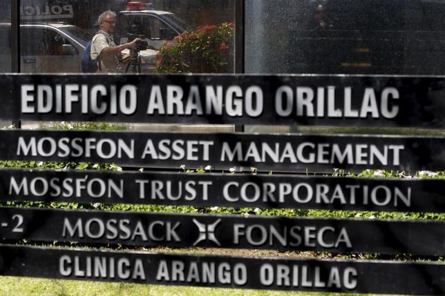 4月13日、パナマ当局は、富裕層によるタックスヘイブンの利用実態に関する内部文書「パナマ文書」の流出元である法律事務所モサック・フォンセカを27時間にわたり家宅捜索し、大量の電子文書を押収したと発表した。ただ、逮捕者はいないという。写真はパナマ市で撮影(2016年 ロイター/Carlos Jasso)