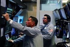 Трейдеры на торгах Нью-Йоркской биржи 12 апреля 2016 года. Американский фондовый рынок рос в среду второй день подряд, подъём обеспечили акции финансового сектора после выхода квартального отчёта банка JPMorgan. REUTERS/Lucas Jackson