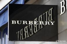 Вывеска у магазина Burberry в Париже 10 марта 2016 года. Burberry сообщил о снижении продаж во втором полугодии из-за уменьшения расходов туристов в континентальной Европе и слабого спроса в Гонконге и ожидает, что ухудшение условий в секторе продолжится, что окажет влияние на прибыль в 2016 году. REUTERS/Charles Platiau  - RTSACJT